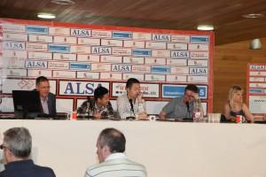 Mesa de comentaristas. GM Illescas, traductor, GM Wei, Aguadero y WGM Alexandrova.